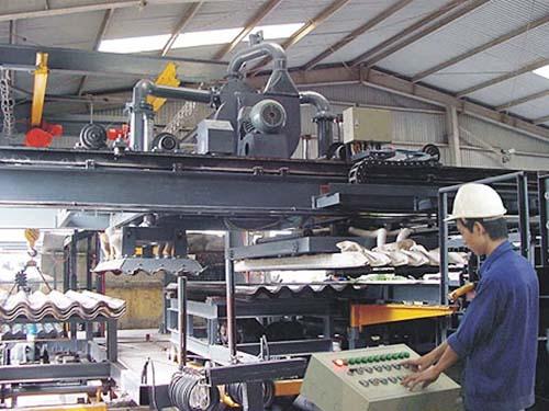 Sản xuất tấm lợp không amiăng tại Công ty Tân Thuận Cường