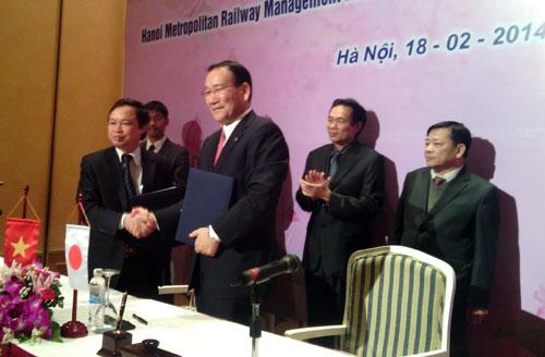 Ông Nguyễn Quang Mạnh – Trưởng ban quản lý đường sắt đô thị Hà Nội và ông Yoshimitsu Oku – Chủ tịch HĐQT công ty Tokyo Metro tại lễ ký kết biên bản ghi nhớ hợp tác.
