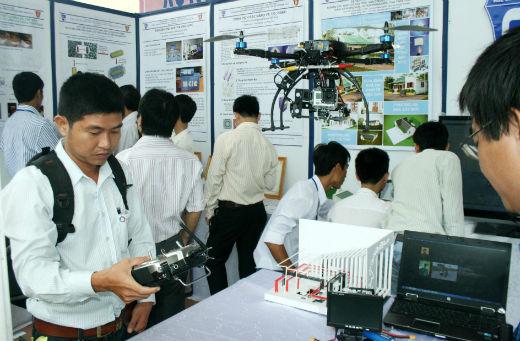 Khách hàng tham quan tại gian hàng trưng bày Thiết bị ứng dụng máy bay RC – Quadrotor